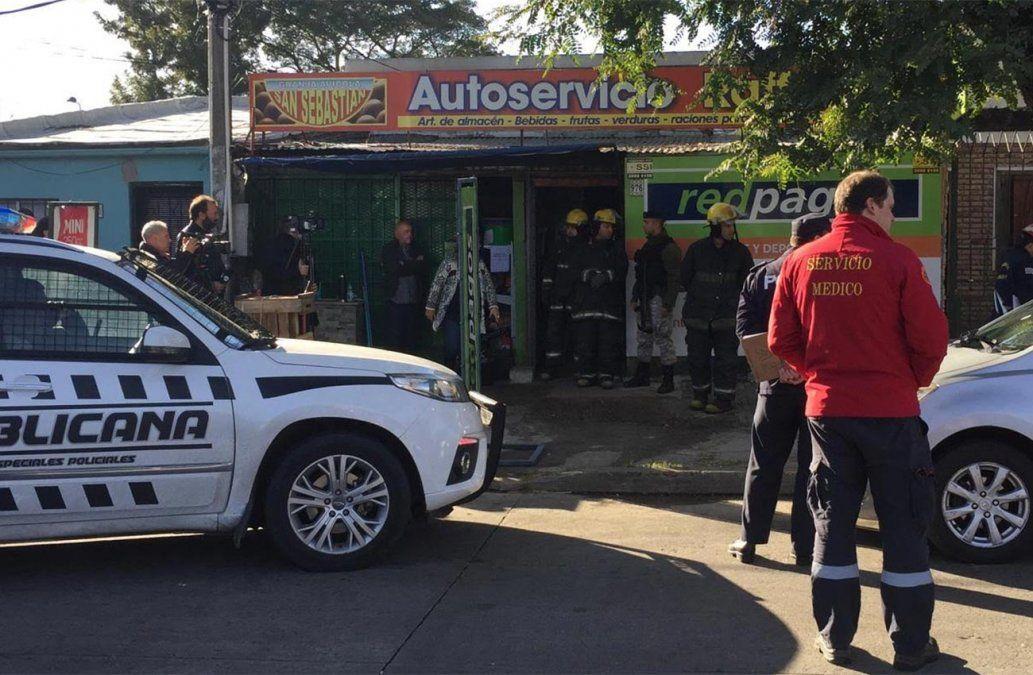 Rapiñan autoservicio y prenden fuego local de pagos afectando a empleadas y una clienta