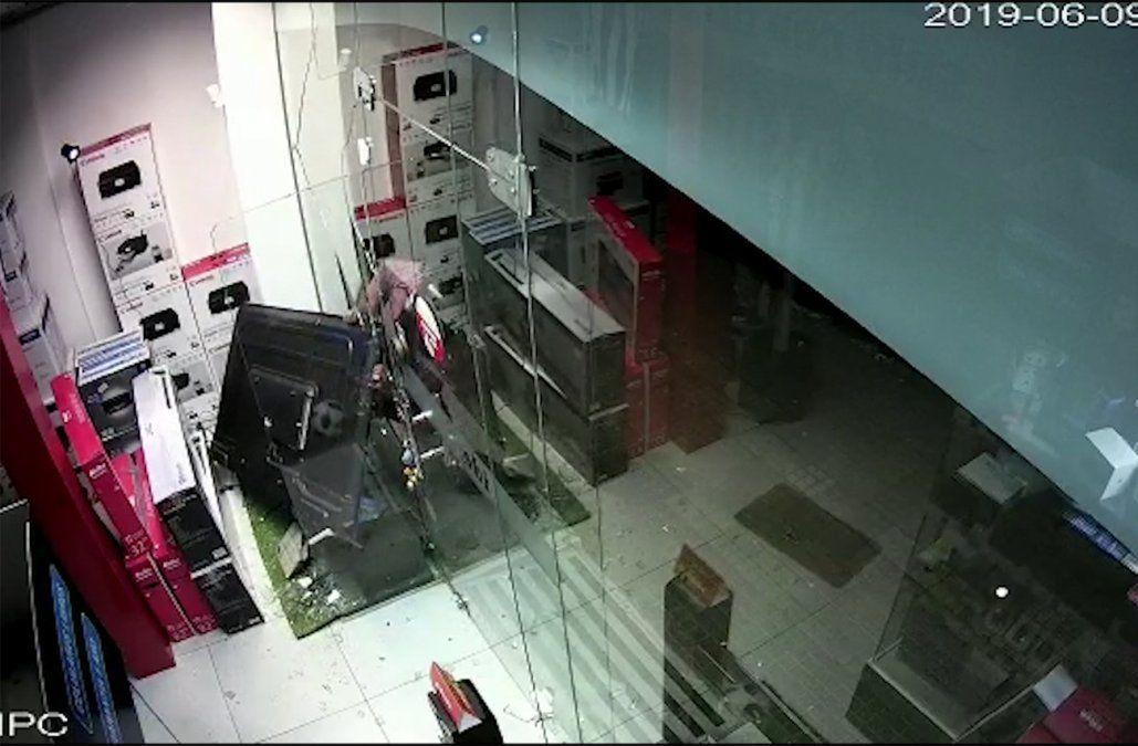 Rompieron la vidriera con un cascote y se robaron una TV de 65 pulgadas; todo quedó registrado