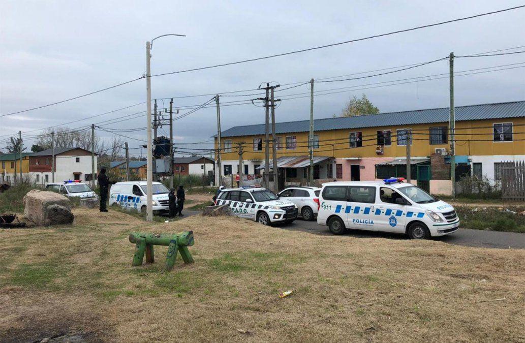 Pedreas contra móviles policiales en medio de un Operativo Mirador en Villa Colón