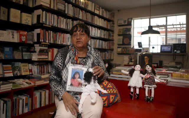 La víctima colombiana de guerra Paulina Mahecha muestra una muñeca de trapo que hizo para representar a su hija