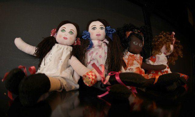 Imagen de muñecas de trapo hechas por la víctima de la guerra colombiana Paulina Mahecha