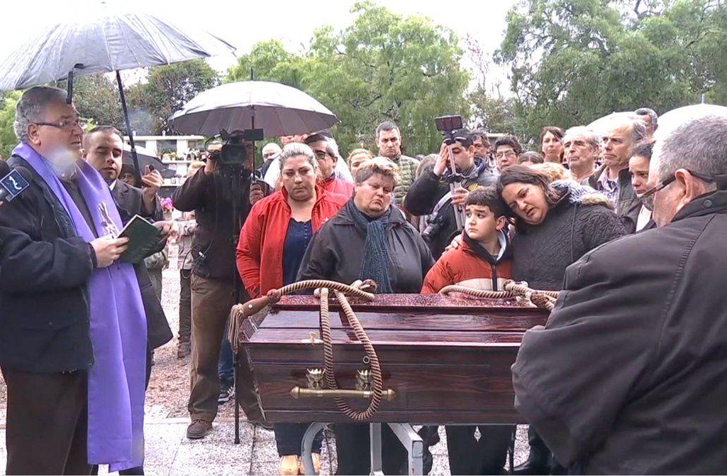 En una emotiva ceremonia realizaron el sepelio de Micaela Onrrubio en San José