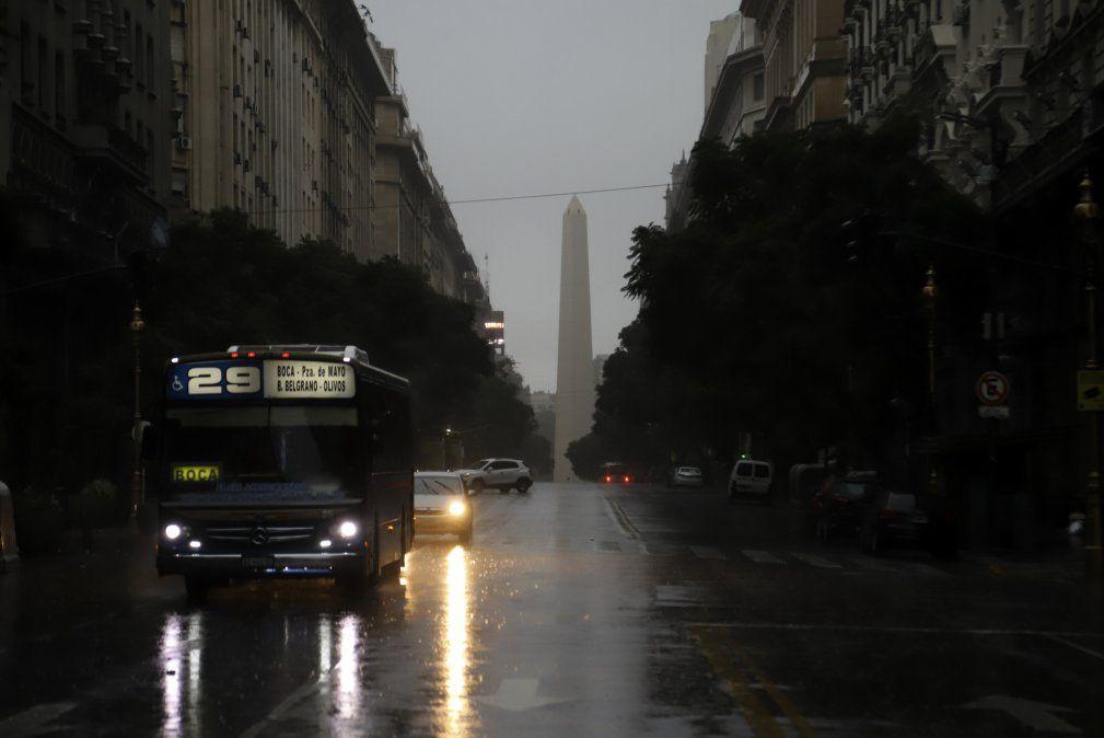 Día del padre y elecciones a oscuras en Argentina tras masivo apagón