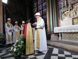 Con cascos, Notre Dame realizó su primera misa tras el incendio