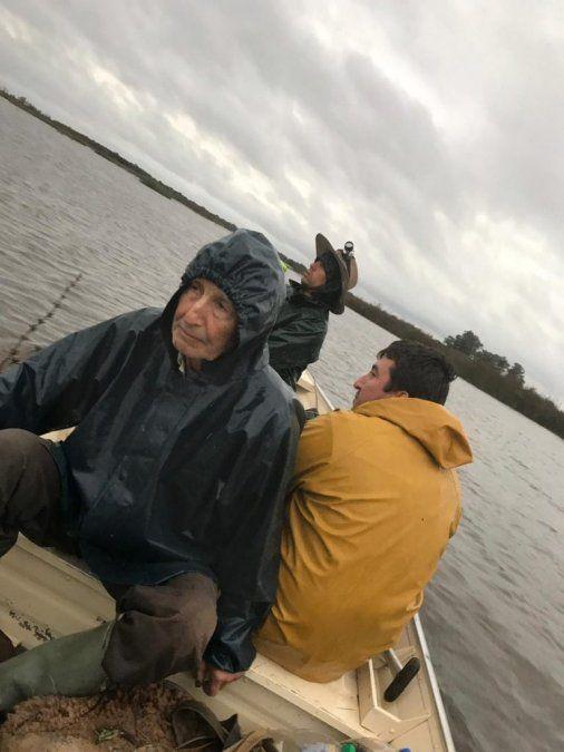 Rescatan a hombre que pasó toda la noche sobre un árbol en el Río Queguay