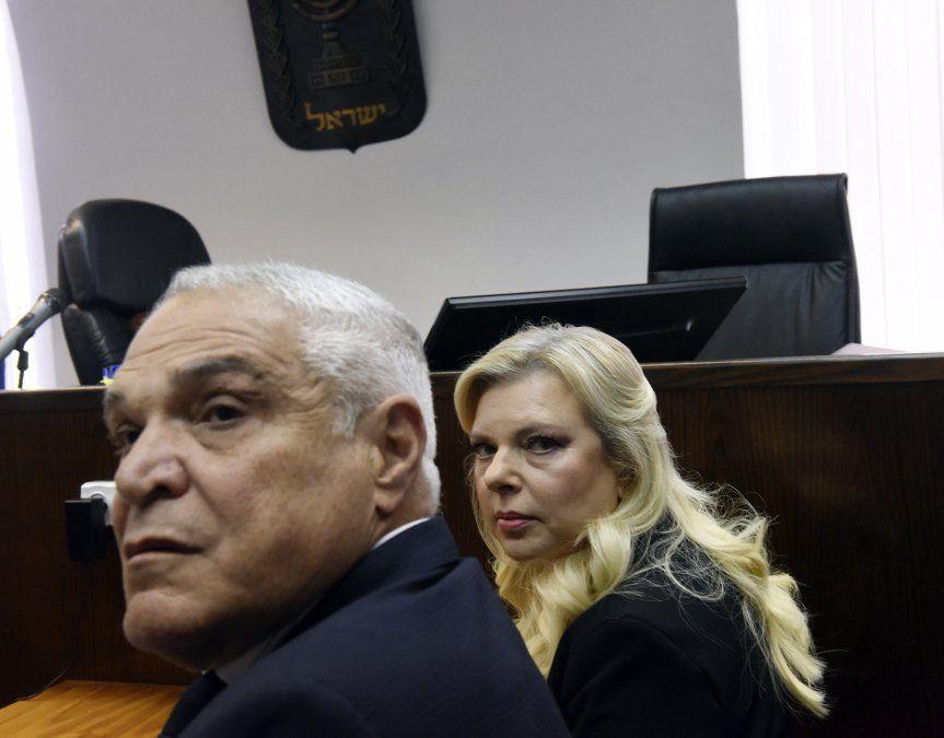 Sara junto a su abogado Yossi Cohem en la sede judicial de Jerusalén