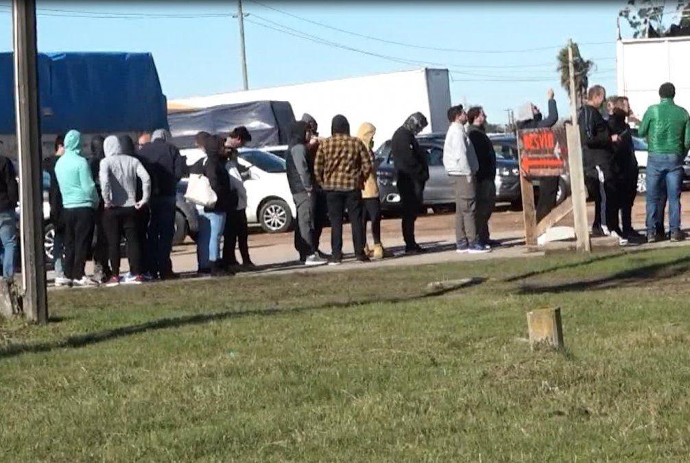 Foto: Fila de uruguayos para cruzar la frontera en el Chuy.