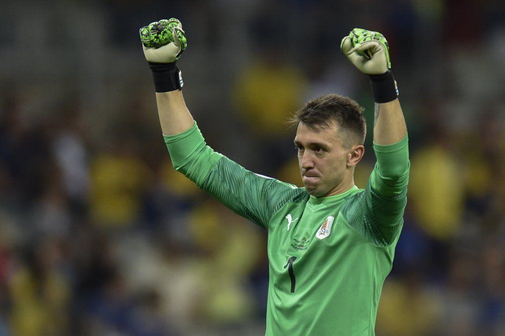 Noche de récord y dudas de Muslera en el arco de la selección de Uruguay