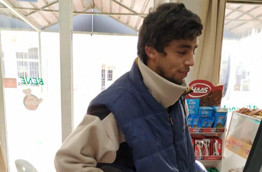 Encontró una bolsa con 26.000 pesos en la vereda y la devolvió