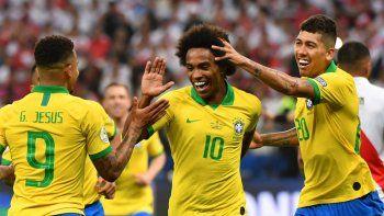 Brasil le pasó por arriba a Perú 5-0 y clasificó como líder del grupo A