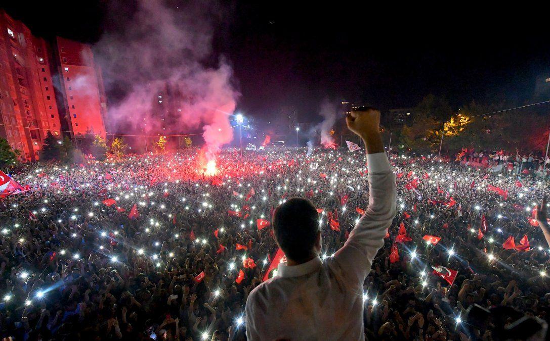El candidato del Partido Popular Republicano a la alcaldía de Estambul Ekrem Imamoglu celebra frente a miles de simpatizantes en Beylikduzu