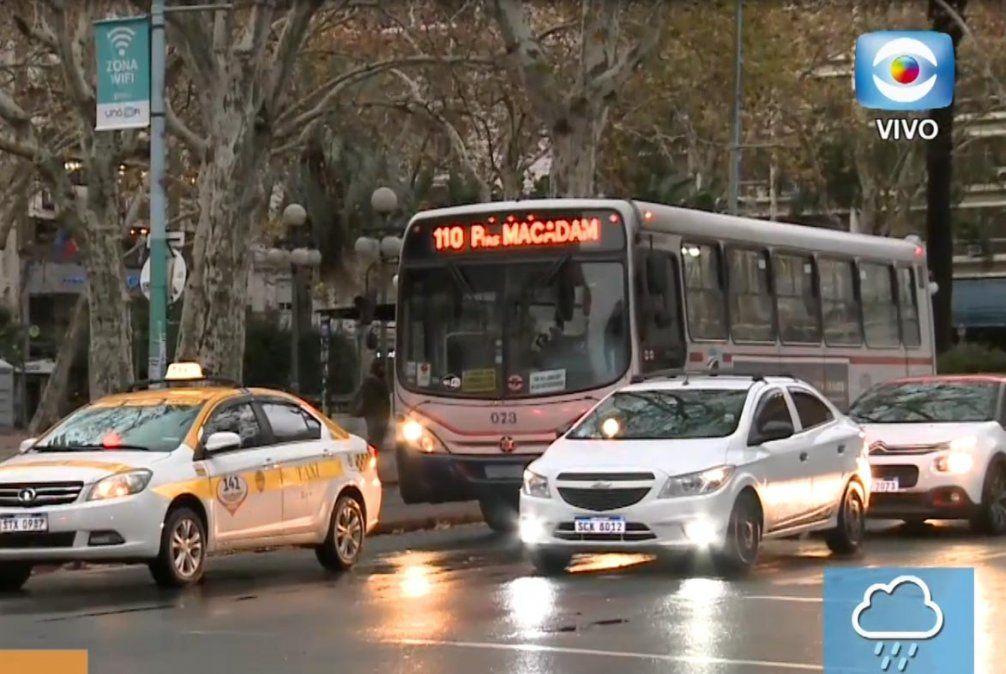 Taxis y ómnibus circulan aunque con servicio de emergencia