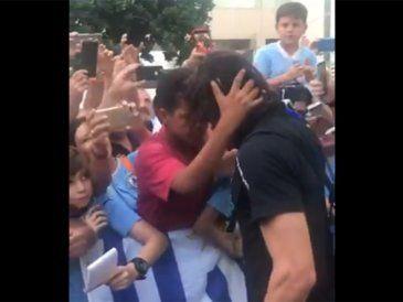 Otro gesto de Cavani: le regaló un buzo a un niño que lo esperaba en la puerta del hotel