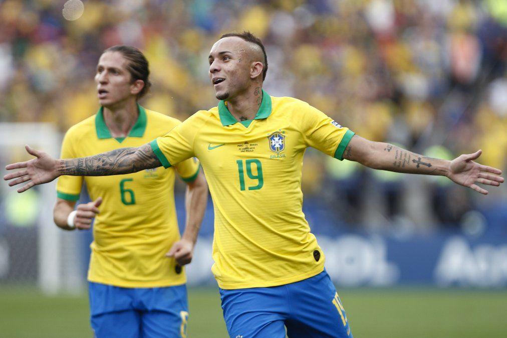 Everton llegó para sustituir a Neymar y lo está haciendo bien.