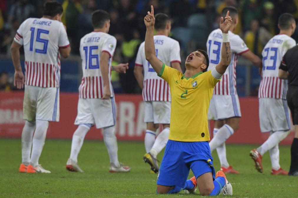 Thiago Silva celebra la victoria de los penales. Costó más de lo que se esperaba.