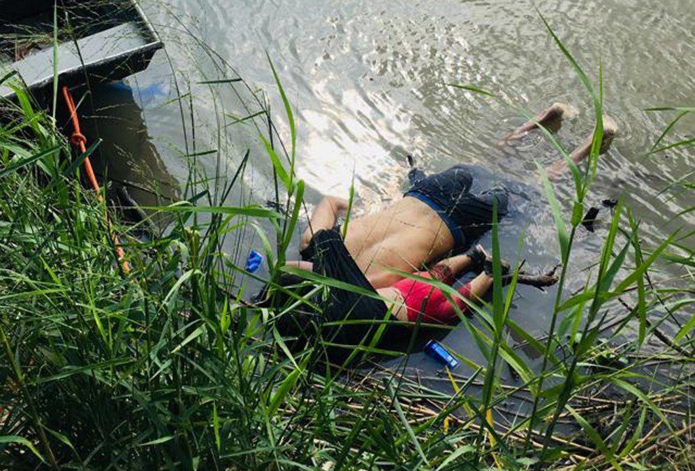 Los cuerpos del migrante salvadoreño Oscar Martínez y su hija quienes se ahogaron mientras trataban de cruzar el Río Grande en su camino a Estados Unidos
