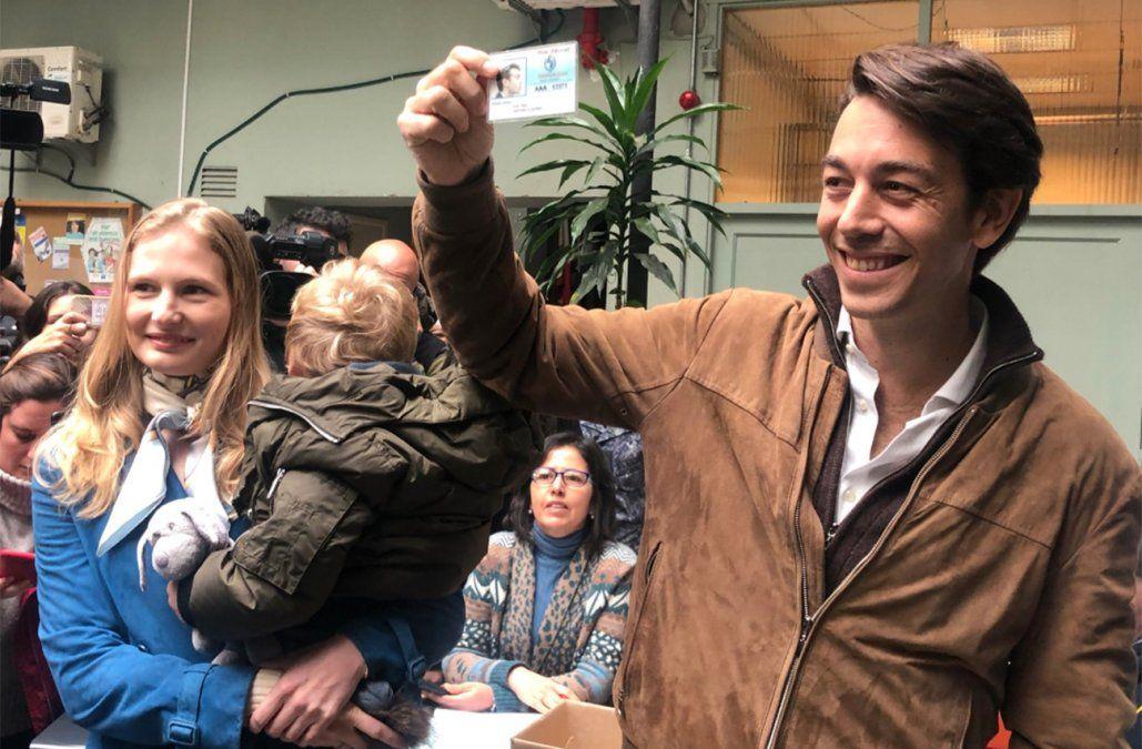 Juan Sartori levanta su credencial. Temprano acompaño a votar a su abuela. De tarde recorrerá circuitos dando un último empujón a su candidatura