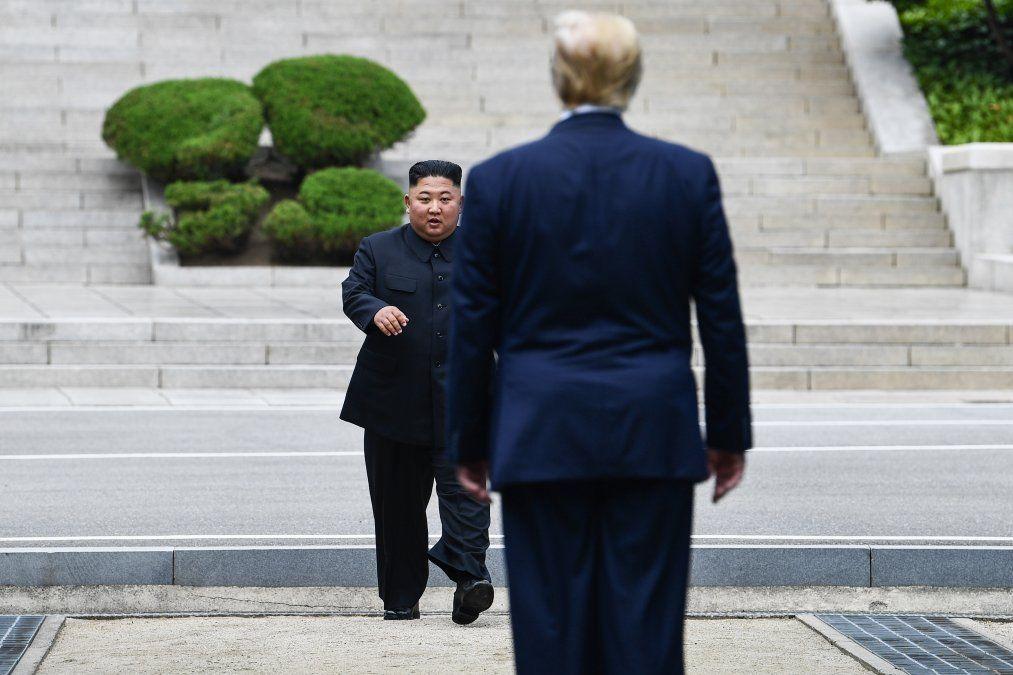 Trump y Kim Jong Un en la zona desmilitarizada de Corea del Norte en la frontera con la otra Corea.