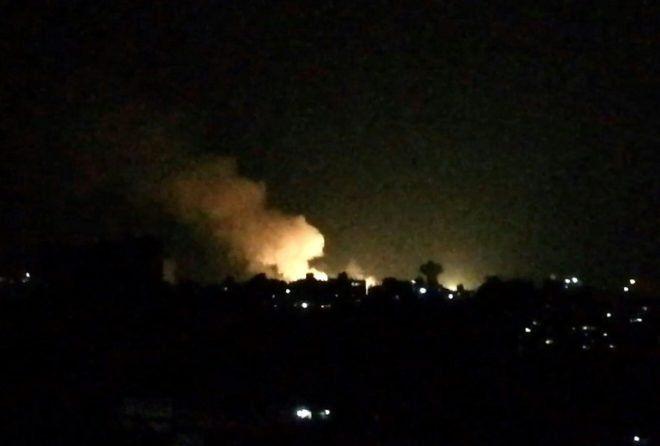 Una imagen tomada de un vídeo de la AFP muestra lo que parece ser una humareda tras unos presuntos ataques aéreos israelíes contra unos edificios próximos a Damasco