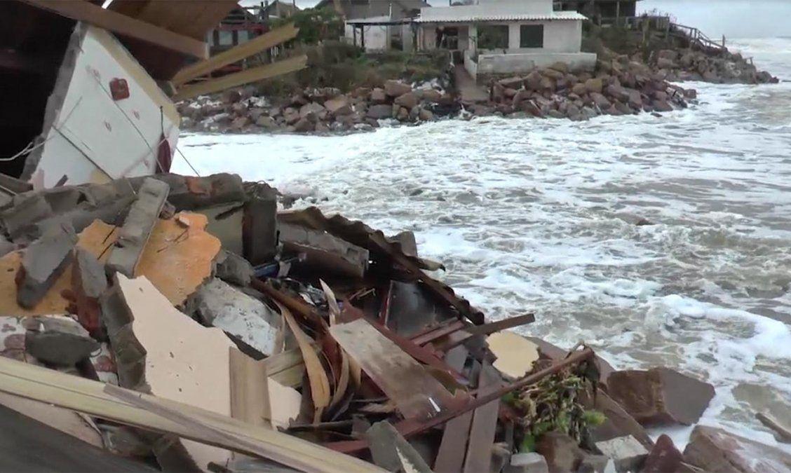 Una sudestada azotó la costa de Rocha y afectó varias viviendas del lugar