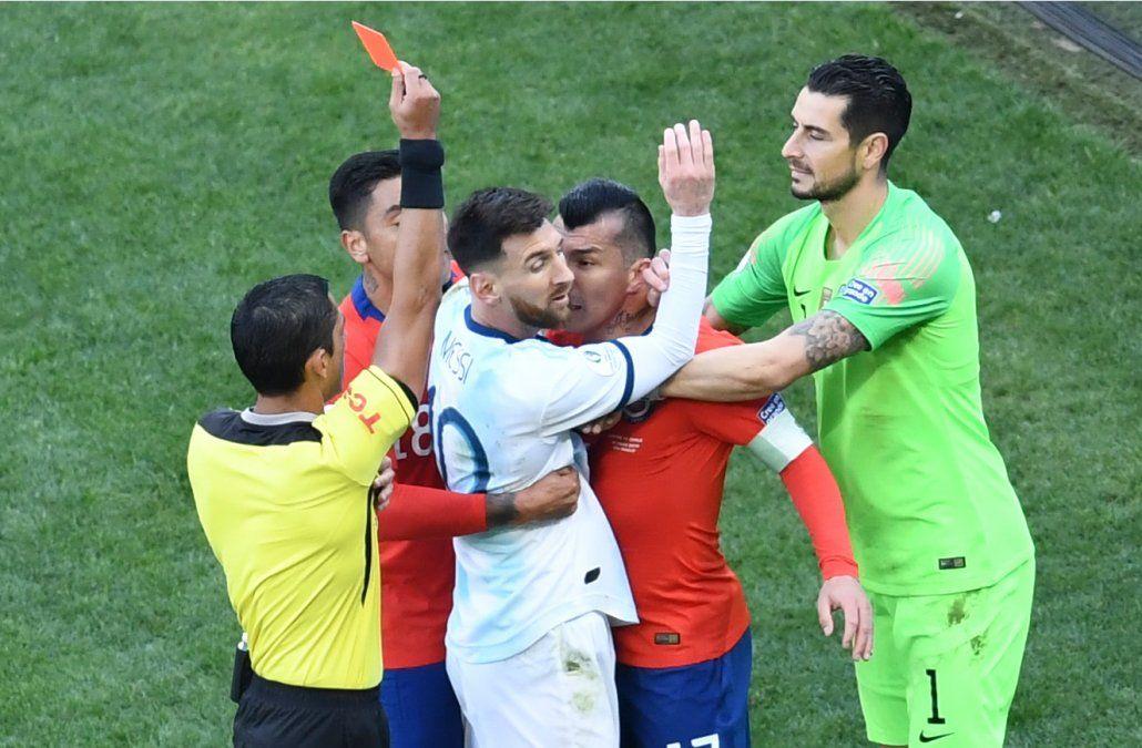 Argentina venció a Chile y quedó tercero en un partido con roja para Messi