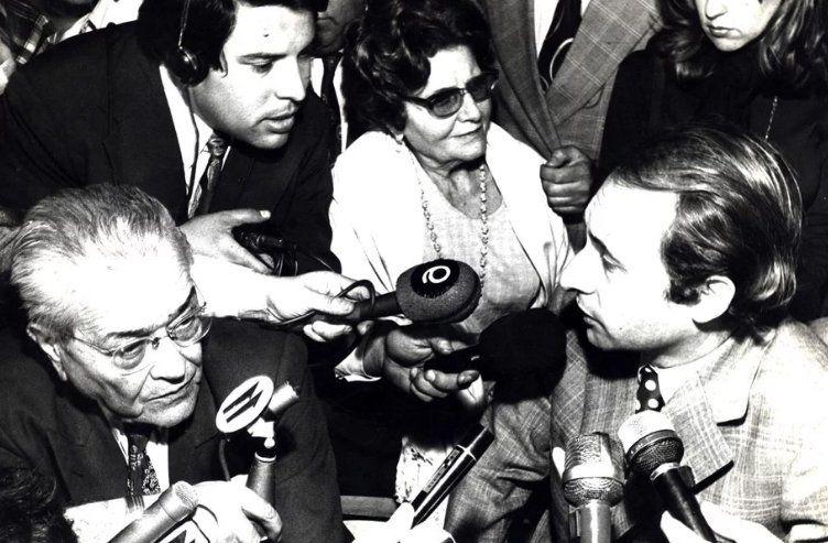 Con el legendario líder radical Ricardo Balbín en conferencia de prensa