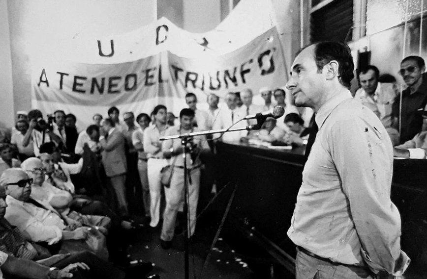 Hablando en un acto radical en 1982. La salida democrática ya estaba cerca