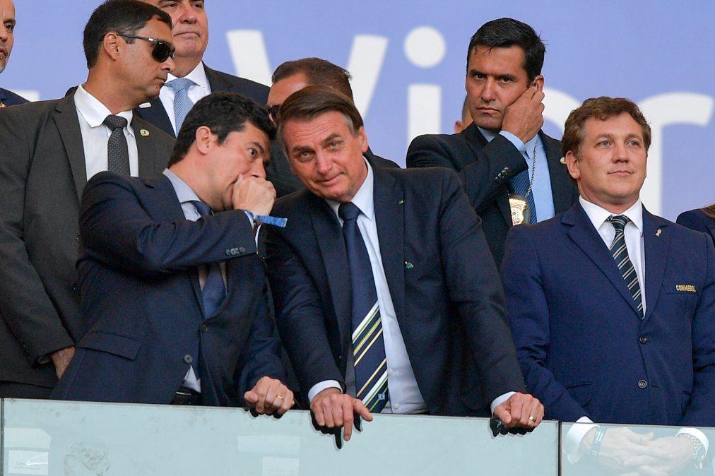 Moro habla con Bolsonaro durante la final Brasil-Perú por Copa América. Fue su última aparición pública oficial. El 20 debería volver a su cargo.