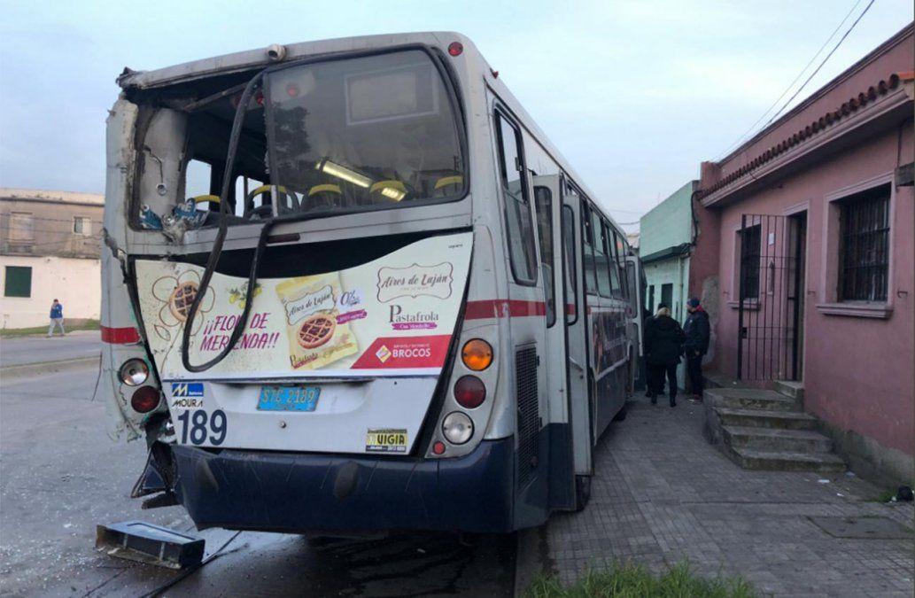 Choque de un ómnibus a otro dejó siete lesionados y un auto dañado