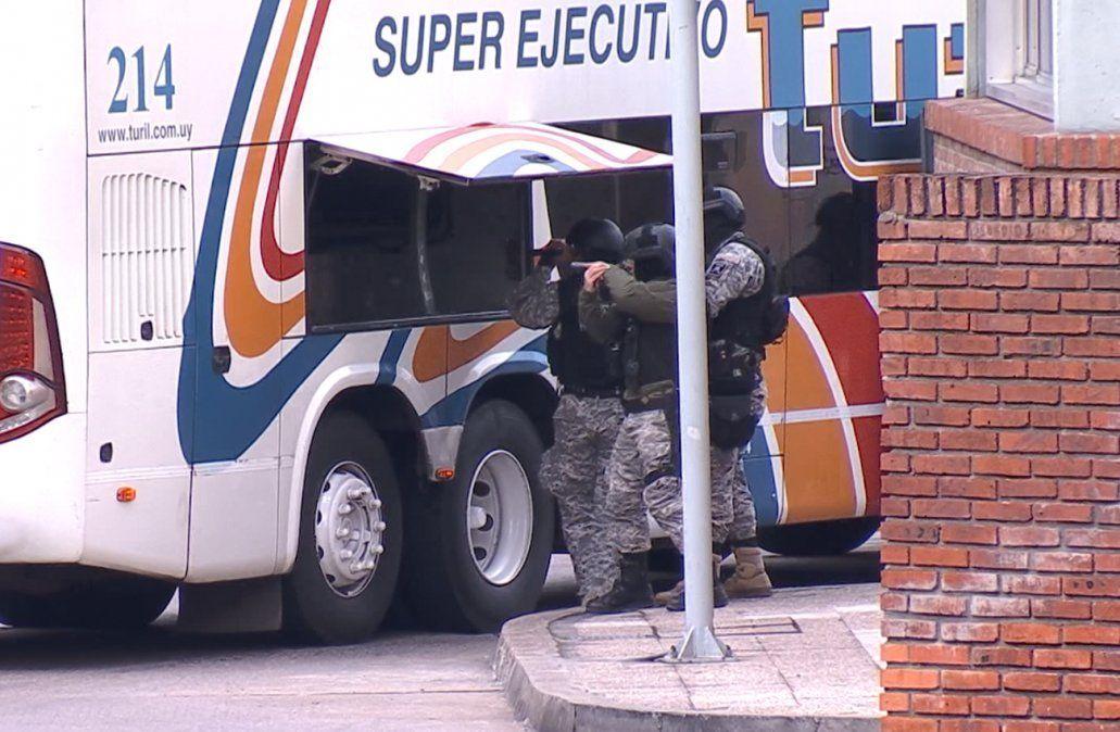 Policía de élite concurrió al lugar para desarticular a un amotinado inexistente. la terminal estuvo parada casi tres horas por el incidente.