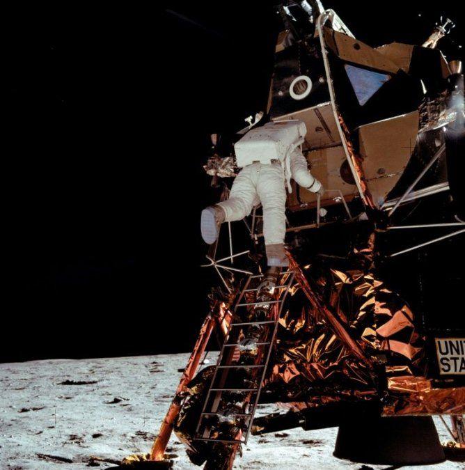 Buzz Aldrin baja del módulo lunar