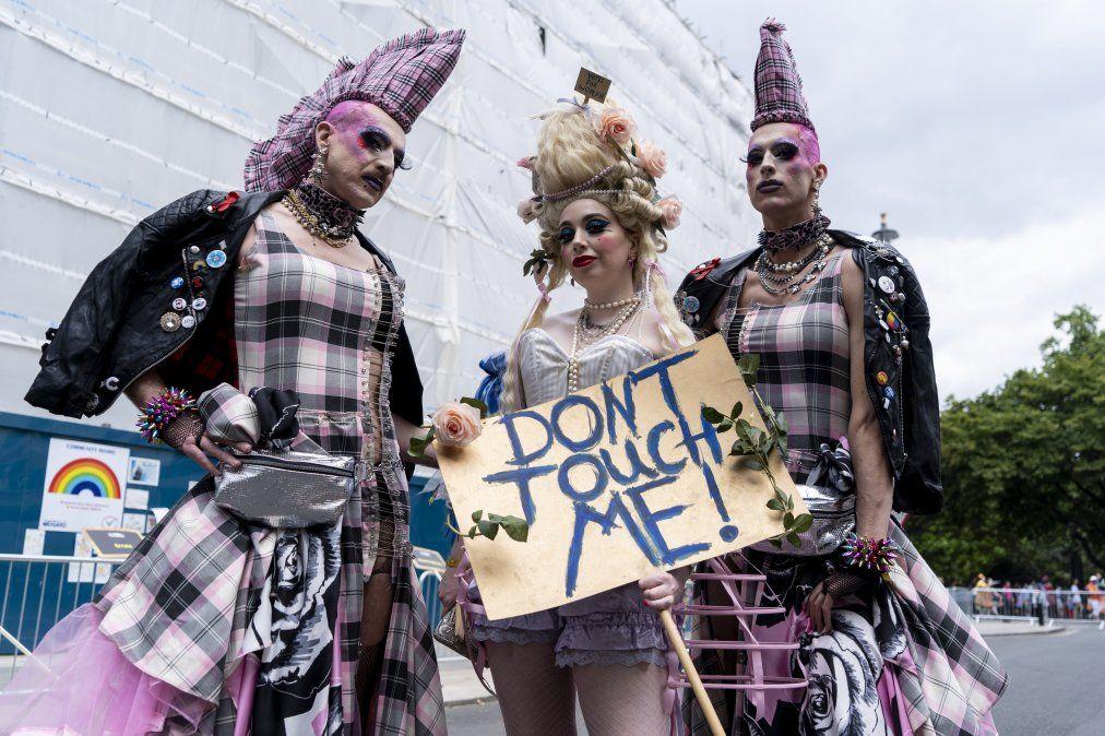 Miembros de la comunidad LGBT posan para una foto antes de participar en el desfule anual del orgullo en Londres