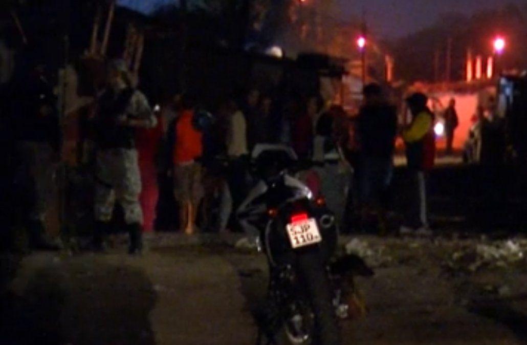 6 de enero en el barrio Maracaná. Los vecinos y la Policía en la escena del crimen. El hombre del machete ya fue abatido. Fueron once agentes contra un hombre solo. El muerto recibió diez balazos.