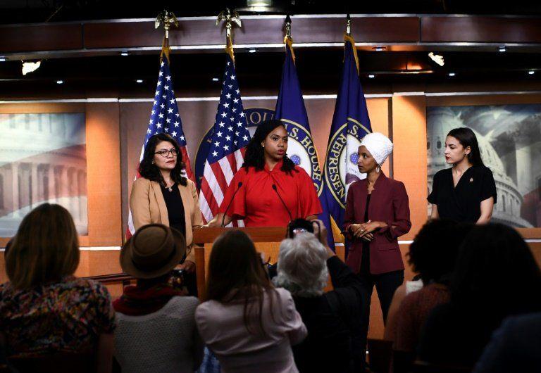 La congresista estadounidense Ayanna Pressley habla rodeada de sus colegas Ilhan Omar