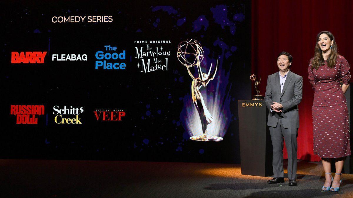 Ken Jeong and DArcy Carden en la ceremonia 71º de nominaciones para los Premios Emmy