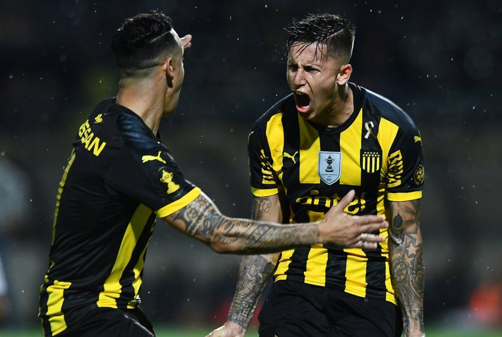Brian Rodríguez celebra un gol junto a Lolo Estoyanoff. El jugador muestra técnica en velocidad pero también un temperamento acorde a la alta competencia. Milan de Italia ya lo quiere.
