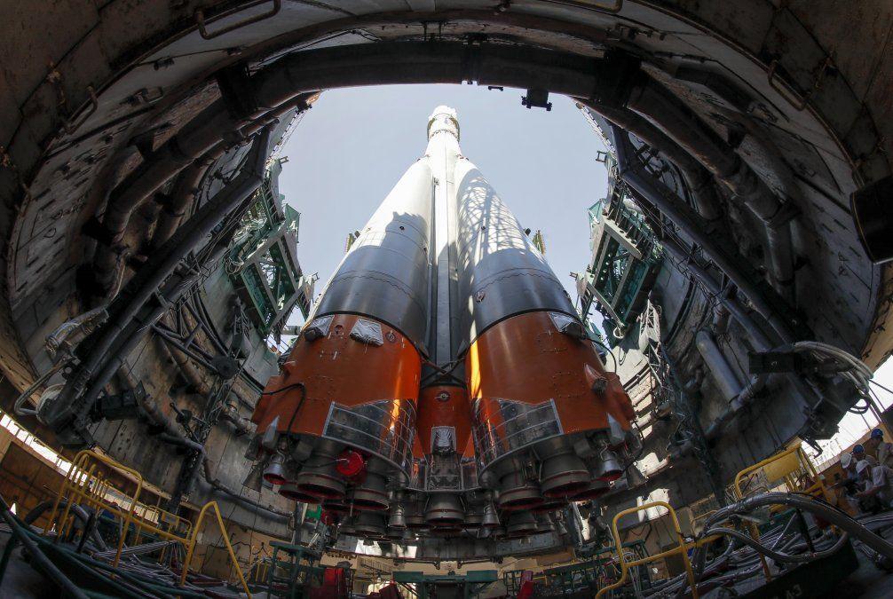 La nave espacial Soyuz MS-13 es montada en la plataforma de lanzamiento en Kazajistán