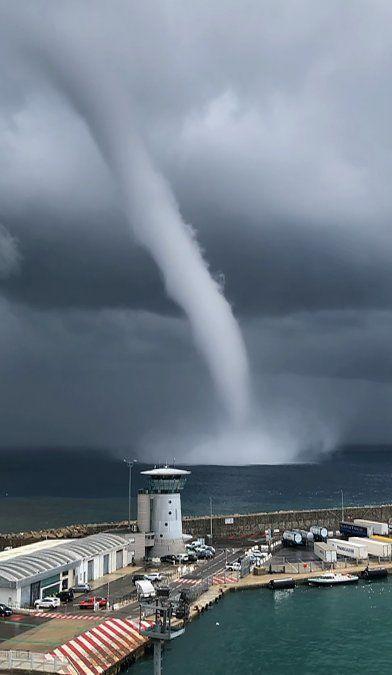 Una espectacular tromba de agua en la costa de Bastia en la isla francesa de Córcega