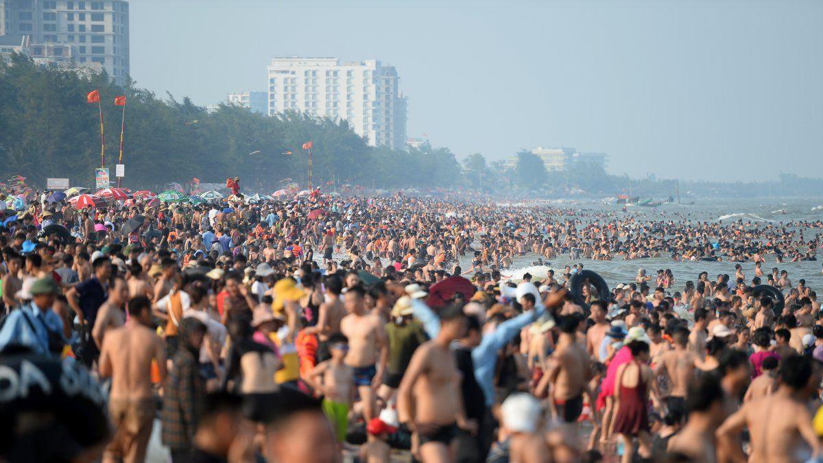 Miles de personas abarrotan popular playa de Vietnam