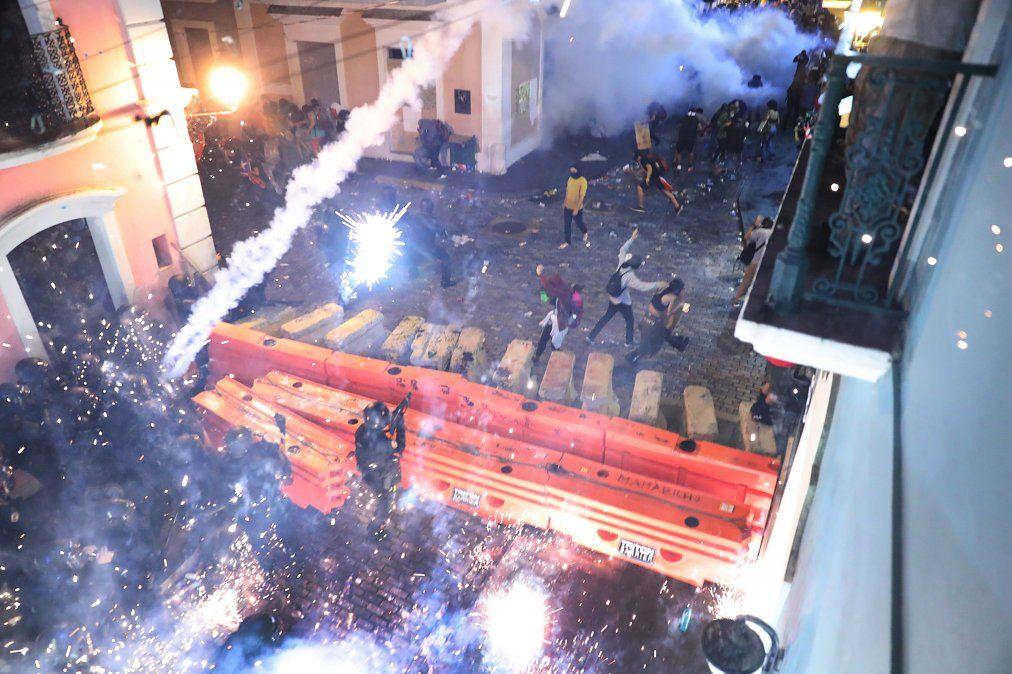 Enfrentamiento entre policías y manifestantes en San Juan