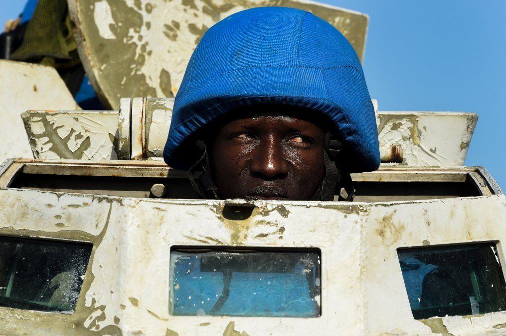 Personal de mantenimiento de la paz de la ONU patrulla en un vehículo blindado en Puerto Príncipe