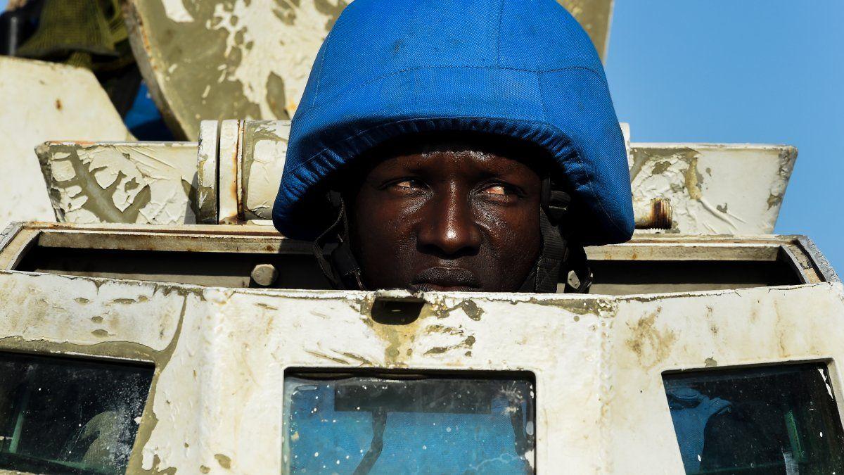 Personal de mantenimiento de la paz de la ONU patrulla en un vehículo blindado en Puerto Príncipe, Haití