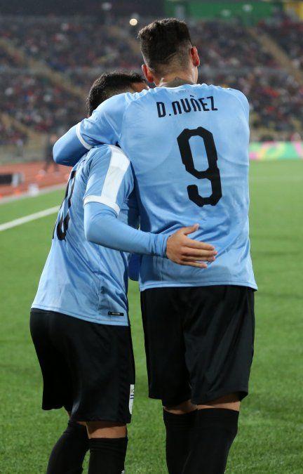 Darwin Núñez y Leo Fernández celebran uno de los goles ante Perú en el debut. es la socieddad clave del gol para los celestes en el torneo.