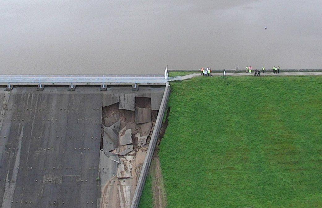 Una imagen aérea muestra los daños en el embalse de Toddbrook sobre el puente de Whaley en el norte de Inglaterra