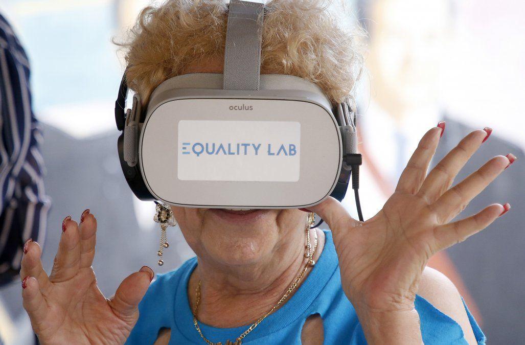 Una mujer experimenta la realidad virtual en el barrio Little Havana de Miami