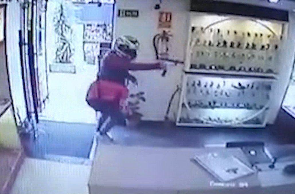 Delincuentes atracaron una joyería y se llevaron US$ 25.000; todo quedó registrado