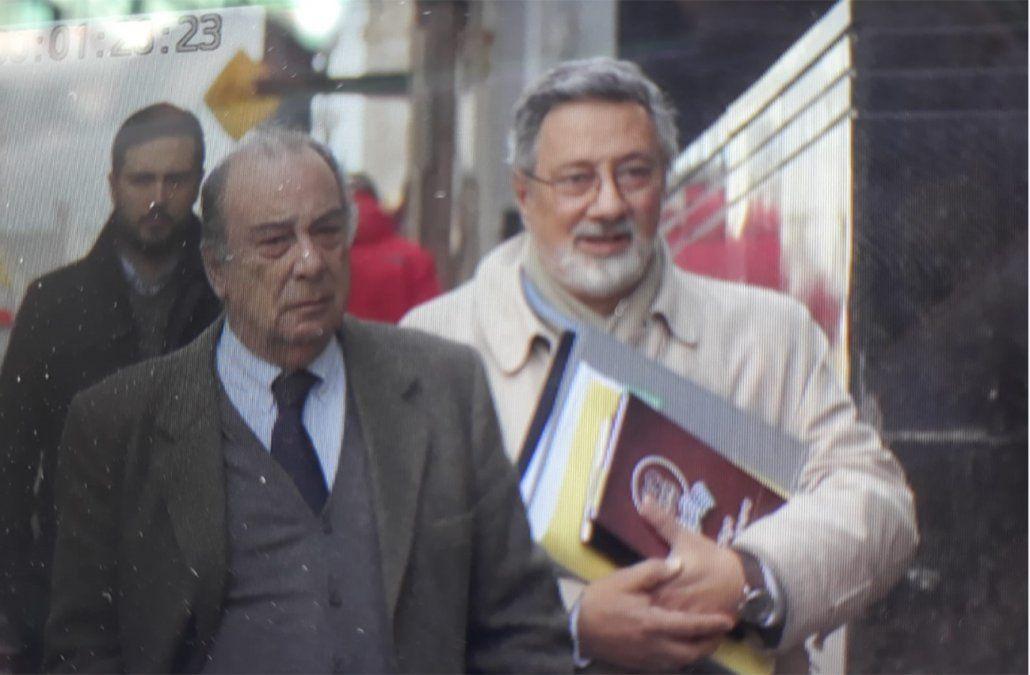 Foto: Canon ingresa a Fiscalía acompañado del abogado Gonzalo Fernández (Subrayado).