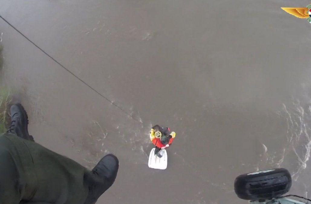 Rescataron a dos personas aisladas en el techo de un tractor por la crecida de un arroyo