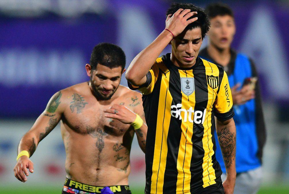 Rostros de preocupación en Peñarol tras el empate. El equipo fue superado por Defensor
