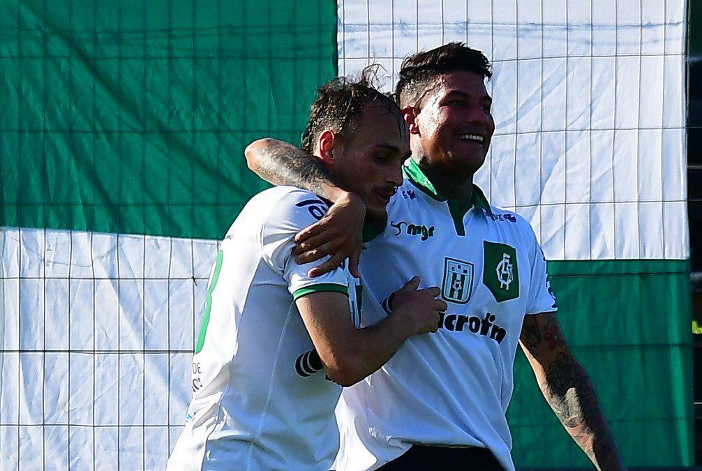 Nicolás Mosquito Sosa y Matías Toyón celebran uno de los tantos de Racing